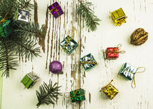 Cadeaux de Noël et jouets de Noël d'isolement sur le fond blanc Photo libre de droits