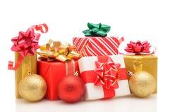 Cadeaux de Noël et ornements sur le blanc Photos stock