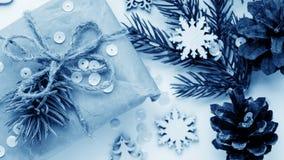 Cadeaux de Noël et cadeaux pour les vacances Branches et d impeccables Photographie stock libre de droits