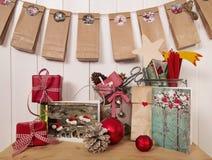 Cadeaux de Noël faits main et calendrier d'avènement en rouge, blanc Photo stock