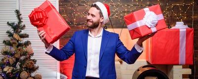 Cadeaux de Noël L'homme a préparé des cadeaux pour chacun Bonheur et joie écartés Concept de générosité Cadeaux pour des collègue photos libres de droits