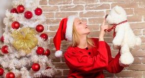 Cadeaux de Noël de la livraison Partie de nouvelle année Joyeux Noël et bonne année Fille heureuse dans le chapeau du père noël S photos libres de droits