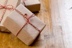 Cadeaux de Noël de métier sur le fond en bois image stock