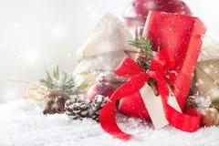 Cadeaux de Noël ou cadeaux avec le décor élégant d'arc et de Noël Photo libre de droits