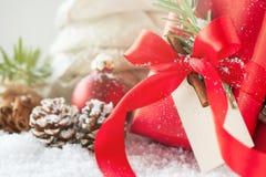 Cadeaux de Noël ou cadeaux avec le décor élégant d'arc et de Noël Images libres de droits