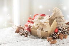 Cadeaux de Noël ou cadeaux avec le décor élégant d'arc et de Noël Photos stock