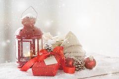 Cadeaux de Noël ou cadeaux avec le décor élégant d'arc et de Noël Images stock