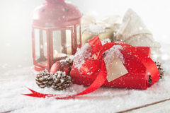 Cadeaux de Noël ou cadeaux avec le décor élégant d'arc et de Noël Photo stock