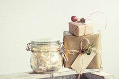 Cadeaux de Noël ou cadeaux avec le décor élégant d'arc et de Noël Image libre de droits