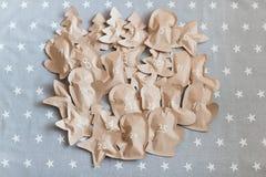 Cadeaux de Noël ouvrés enveloppés dans des sacs en papier 25 décembre Image stock