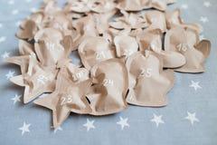 Cadeaux de Noël ouvrés enveloppés dans des sacs en papier 25 décembre Photo stock