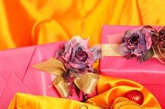 Cadeaux de Noël roses photos stock