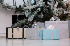 Cadeaux de Noël sous l'arbre Photographie stock