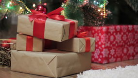 Cadeaux de Noël sous l'arbre de Noël banque de vidéos