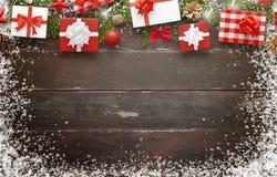 Cadeaux de Noël sur la table en bois avec l'espace libre pour le texte Photo libre de droits