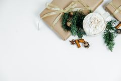 Cadeaux de Noël sur le fond blanc Configuration plate, vue supérieure, l'espace f Images stock