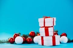 Cadeaux de Noël sur le fond bleu Images libres de droits