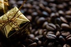 Cadeaux de Noël sur le fond de grains de café, foyer sélectif photo stock