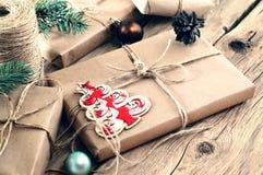 Cadeaux de Noël sur le plan rapproché en bois de table Style rural ou en bois Photos libres de droits