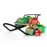 Cadeaux de Noël sur un étrier en bois au-dessus de blanc Photo stock