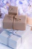 Cadeaux de Noël sur un fond clair Photo stock