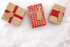 Cadeaux de Noël sur un lit de neige fraîche photographie stock libre de droits