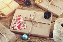 Cadeaux de Noël sur un plan rapproché en bois de table Photos libres de droits