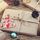 Cadeaux de Noël sur un plan rapproché en bois de table Images stock