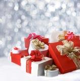 Cadeaux de Noël contre les lumières de scintillement de partie Photographie stock libre de droits