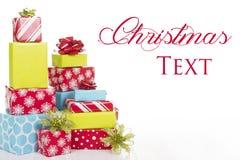 Cadeaux de Noël d'isolement sur le fond blanc Photographie stock libre de droits