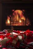 Cadeaux de Noël par la cheminée Photos stock