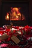 Cadeaux de Noël par le feu Image libre de droits