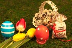 Cadeaux de Pâques sur le fond de la mousse verte Image libre de droits