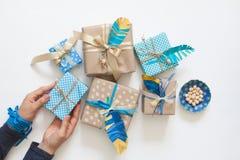 Cadeaux de paquet de femmes dans papier d'emballage de bande paerforée Vue de ci-avant Photos stock