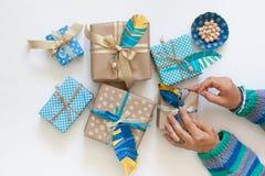 Cadeaux de paquet de femmes dans papier d'emballage de bande paerforée Vue de ci-avant Photos libres de droits