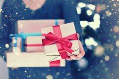 Cadeaux de pile pendant des vacances de Noël Photos stock