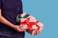 Cadeaux de prise de femme au fond bleu de studio photo libre de droits