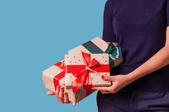 Cadeaux de prise de femme au fond bleu de studio images libres de droits