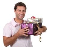 Cadeaux de transport d'homme image stock