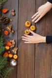 Cadeaux de von winter de Noël d'arbre de nouvelle année photos libres de droits