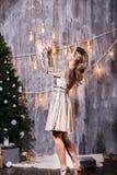Cadeaux en baisse de capture de Noël de belle femme blonde photos stock