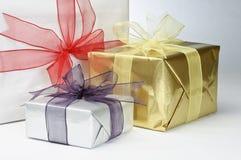Cadeaux enveloppés avec des proues de bande Image stock