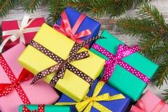 Cadeaux enveloppés avec des rubans pour Noël ou d'autres branches de célébration et impeccables Photo stock