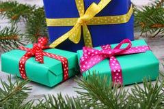 Cadeaux enveloppés avec des rubans pour Noël ou d'autres branches de célébration et impeccables Images stock