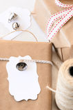Cadeaux enveloppés décorés des cloches argentées et des étiquettes de cadeau Photos libres de droits