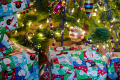 Cadeaux enveloppés de Noël sous l'arbre Images libres de droits