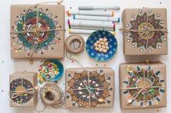 Cadeaux enveloppés en papier d'emballage Sur des boîtes modèle peint de mandala Photos libres de droits