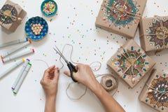 Cadeaux enveloppés en papier d'emballage Sur des boîtes modèle peint de mandala Image libre de droits
