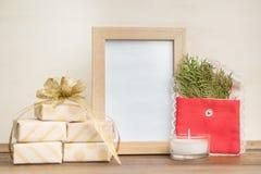 Cadeaux enveloppés en papier de métier avec le cadre de photo et l'arbre de Noël Image stock