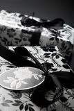 Cadeaux enveloppés noirs et blancs Photo stock